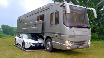 Cette luxueuse autocaravane de 1,7 million de dollars dispose d'un garage intégré.